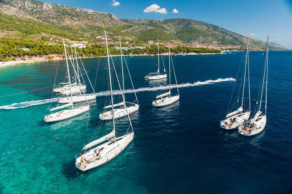 Segelyachten in der Bucht Bol auf Insel Brac in Kroatien