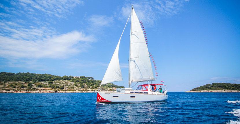 Segelboot beim Segeln in Kroatien