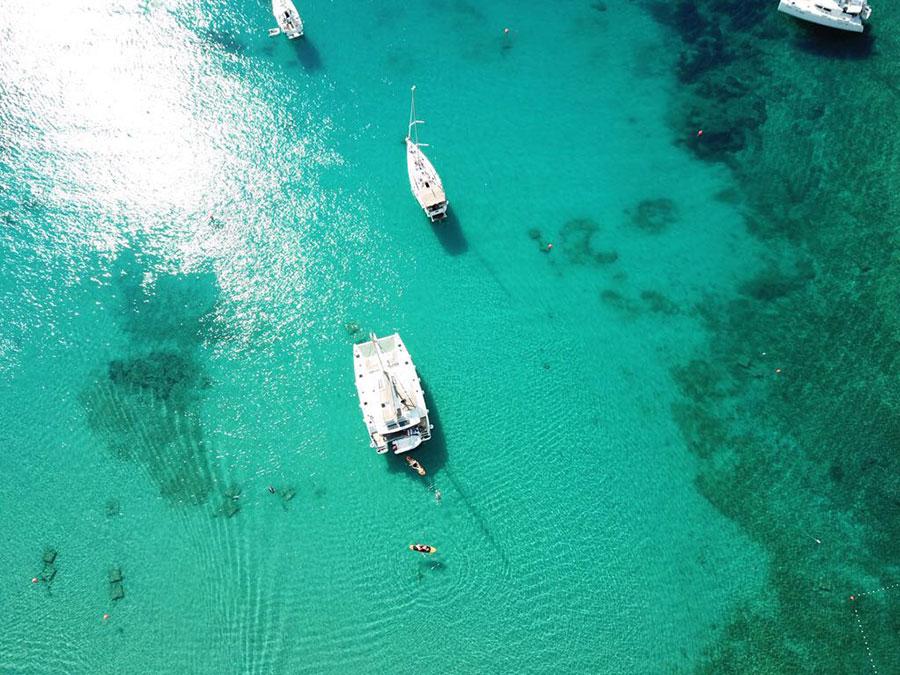 Katamaran und Segelyacht in der Bucht auf Insel Hvar in Kroatien