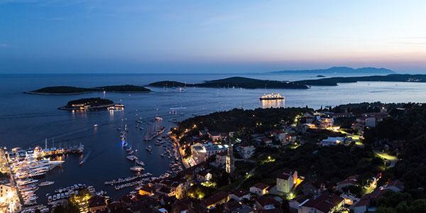 Stadt Hvar und Hafen in der Nacht