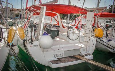 Heck mit Badeplattform von Segelboot Beneteau Oceanis 41