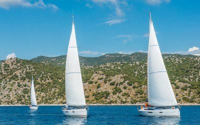 Segelyachten beim Segeln in Kroatien