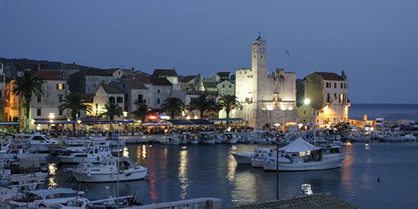 Stadt Komiza auf Insel Vis in Kroatien