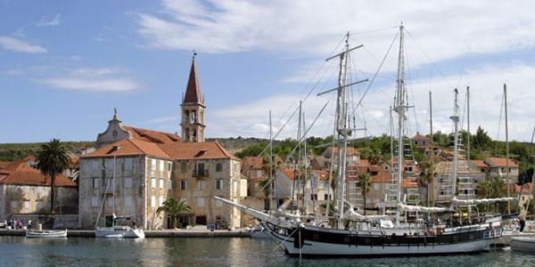 Ortschaft Milna auf Insel Brac in Kroatien