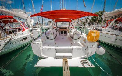 Heck von Segelyacht Beneteau Oceanis 38 in Marina Trogir, Kroatien