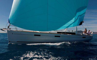 Backbordseite von von Segelyacht Beneteau Oceanis 45 beim Segeln