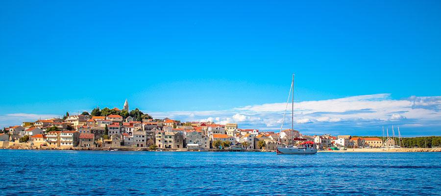 Segelyacht Ultra Segelflotte vor Stadt Primosten in Kroatien