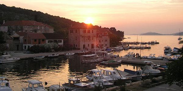 Hafen von Insel Zlarin in Kroatien