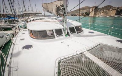 Bug von Katamaran Lipari 41 in Yachthafen von Trogir in Kroatien