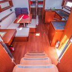 Salon und Küche von Segelyacht Beneteau Oceanis 48