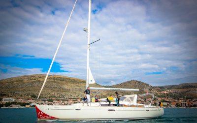 Mehrere Personen beim Segeln auf der Segelyacht Beneteau Oceanis 50 in Kroatien