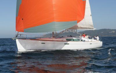 Backbordseite von Segelyacht Beneteau Oceanis 50 beim Segeln