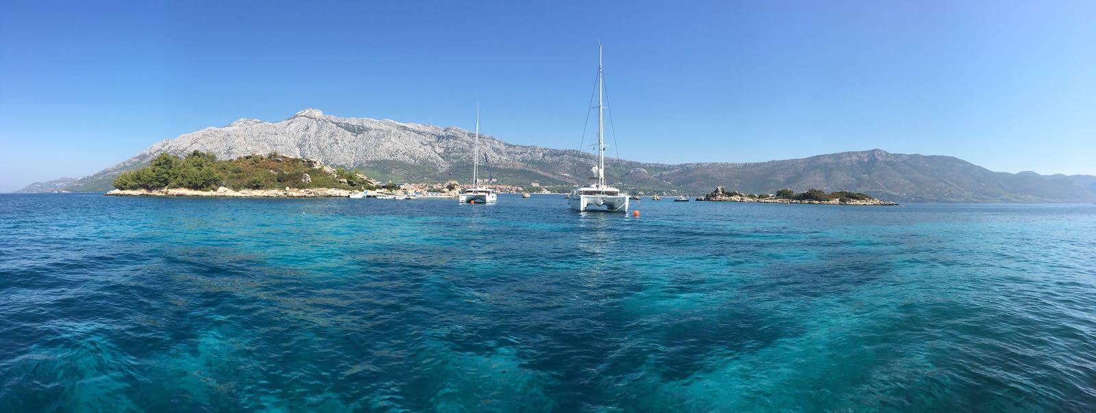 Segel Katmarane in Kroatien auf Festmachebojen vor Insel Korcula