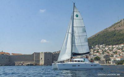 Katamaran Lagoon 380 Backbord seite beim segeln vor Dubrovnik in Kroatien