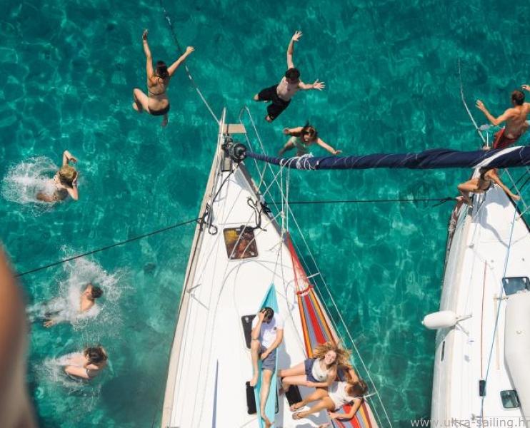 Gäste springen von Bug eines Segelbootes in einer Bucht in Kroatien