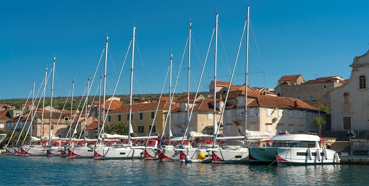 Charterflotte von Ultra Sailing in Milna auf der Insel Brac