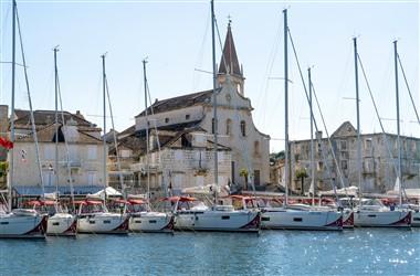 Segelboote im Hafen von Milna auf der Insel Brac in Kroatien