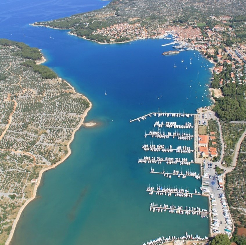 Marina Cres auf der gleichnamigen Insel Cres in Kvarner Bucht