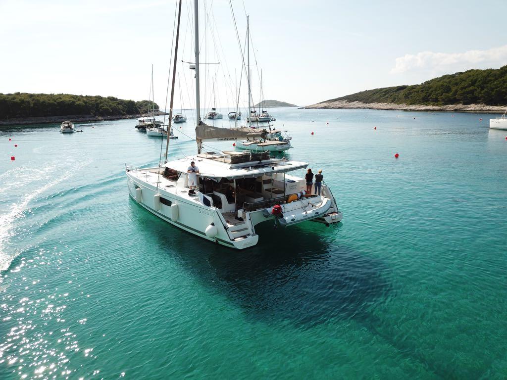 Katamaran Saba 50 auf Anker in einer Bucht in Kroatien
