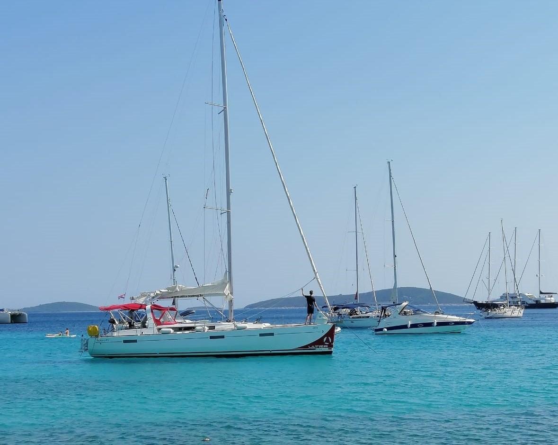Segelboot beim Ankern in Kroatien, auf der Insel Drvenik Veli